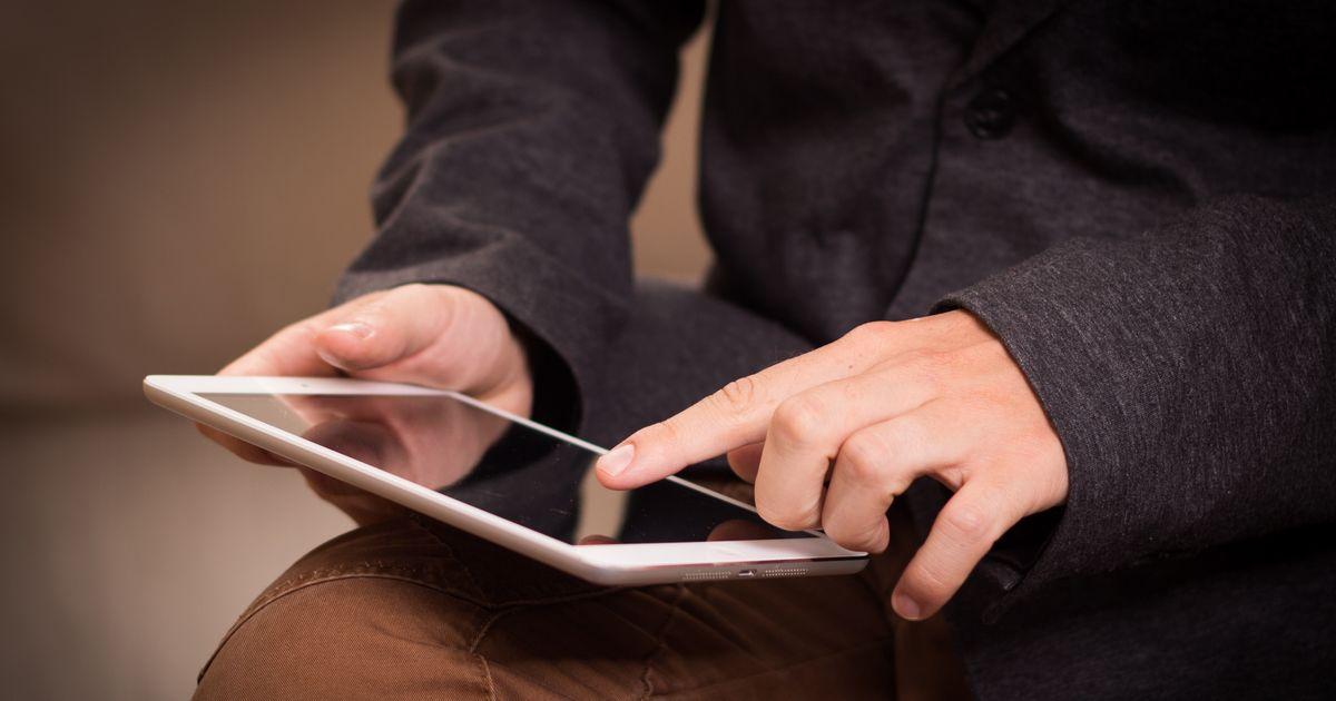 アイキャッチ[iPadを使う男性]